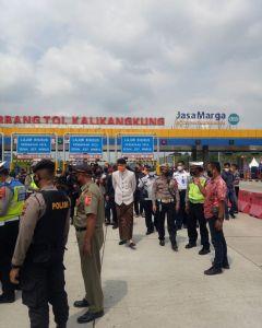 Bapak Gubernur Jawa Tengah meninjau langsung pelaksanaan penyekatan hari pertama di Posko Terpadu Peniadaan Mudik Gerbang Tol Kalikangkung